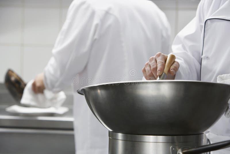 Szef kuchni Miesza składniki W pucharze zdjęcie royalty free