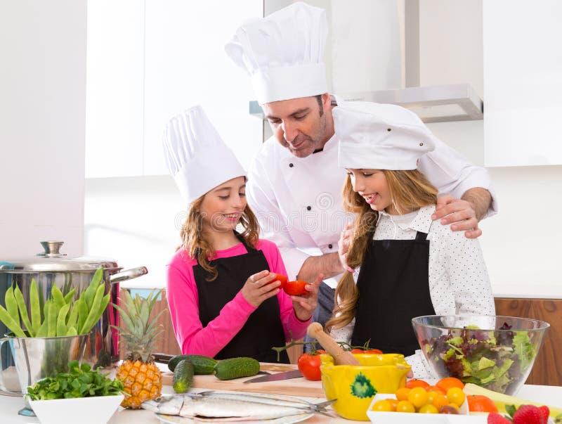 Szef kuchni mistrzowskie i młodzieżowe ucznia dzieciaka dziewczyny przy kucharstwo szkołą fotografia stock