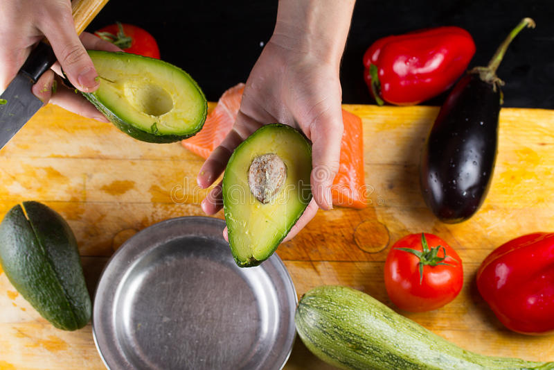 Szef kuchni pokrajać avocado zbliżenie zdjęcie royalty free
