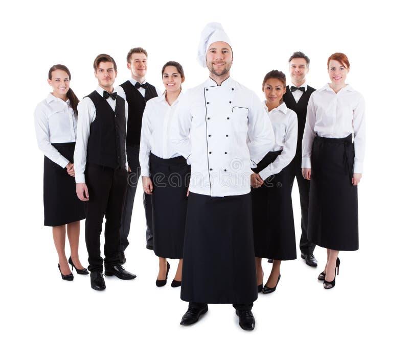 Szef kuchni pozycja przed jego drużyną obraz stock
