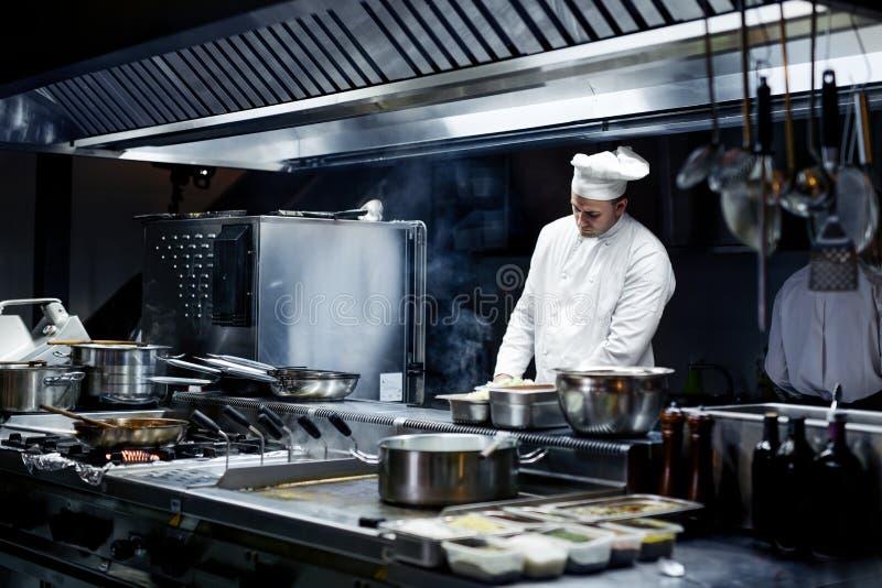 Szef kuchni pracuje na kuchni obrazy royalty free