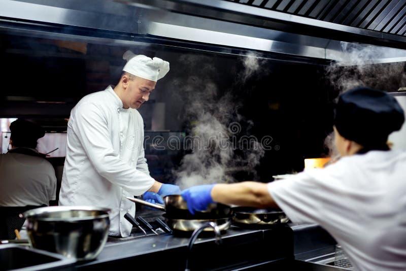 Szef kuchni pracuje na kuchni zdjęcie royalty free