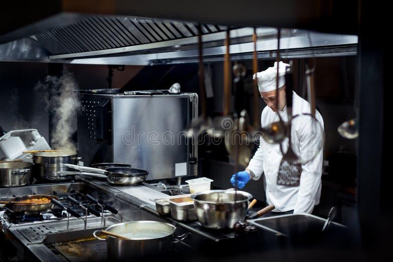 Szef kuchni pracuje na kuchni fotografia stock