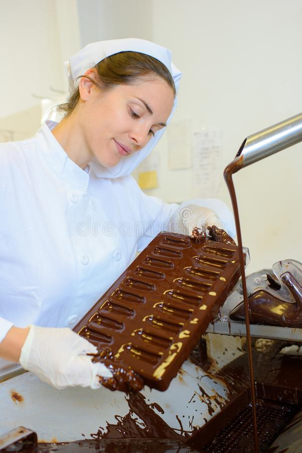 Szef kuchni pracuje z ciekłą czekoladą fotografia royalty free