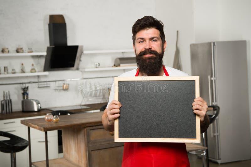 szef kuchni przy pracą Potrzebuję ciebie przy kuchnią Modniś w kuchni buck dojrzałe Brodaty mężczyzny kucharz Brodaty mężczyzna w obraz royalty free