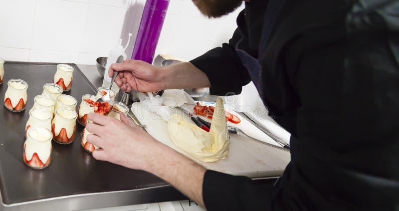 Szef kuchni przy pracy pojęcia strzałem obrazy stock