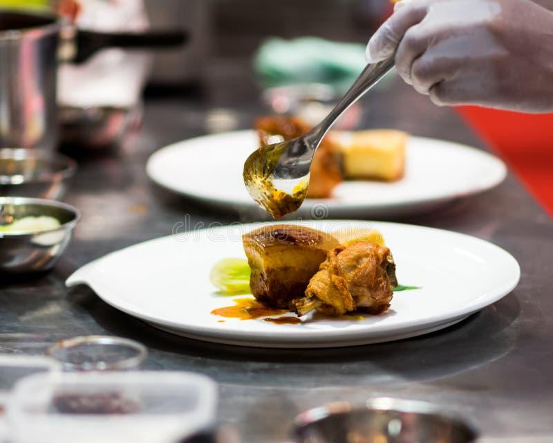 Szef kuchni przygotowuje jedzenie w kuchni, kucharz kuchni fotografia stock