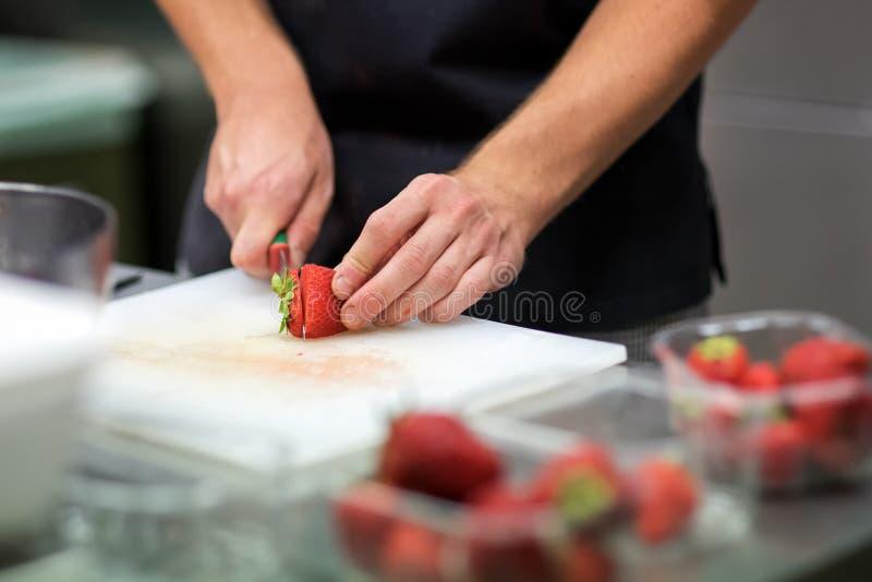 Szef kuchni przygotowywa świeżej tropikalnej owocowej sałatki obrazy royalty free
