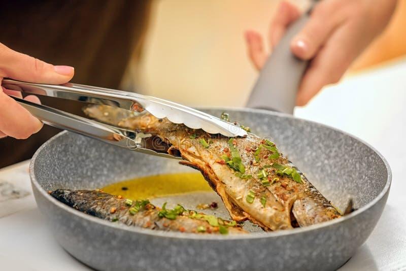 Szef kuchni przygotowywa wyśmienicie ryba zdjęcia royalty free