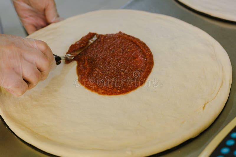 Szef kuchni robi pizzy przy kuchnią zdjęcia royalty free