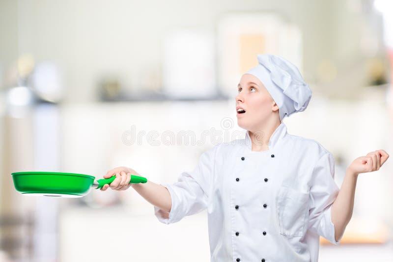 Szef kuchni rzuca w górę jedzenia w smaży niecce, emocjonalny portret zdjęcia stock