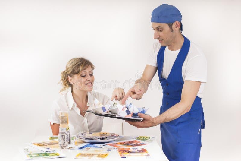 Szef kuchni słuzyć posiłek banknoty zdjęcie royalty free