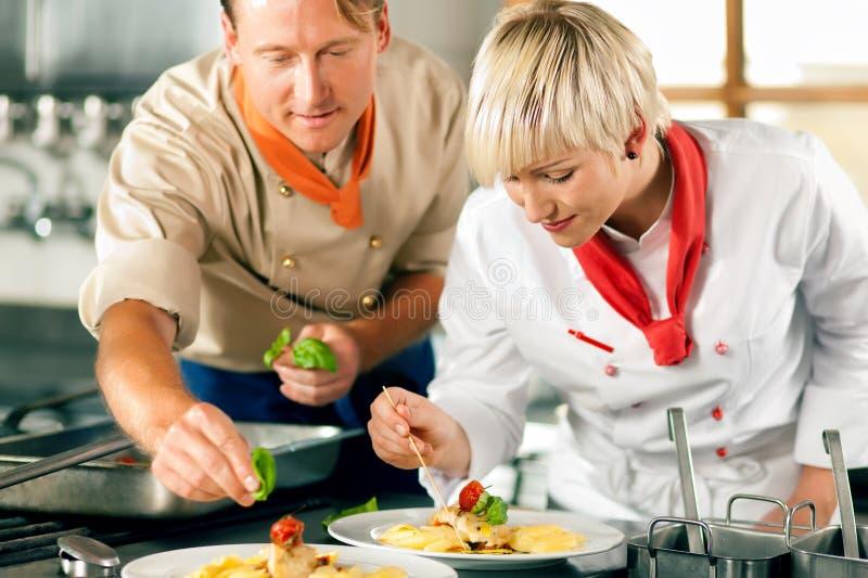 szef kuchni target659_1_ hotelową kuchenną restaurację zdjęcia stock