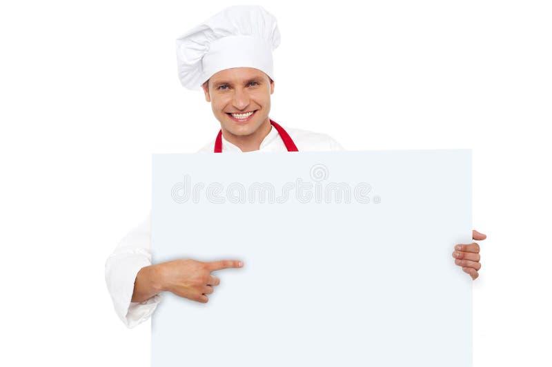 Szef kuchni target98_0_ przy pustym biały billboardem obraz royalty free