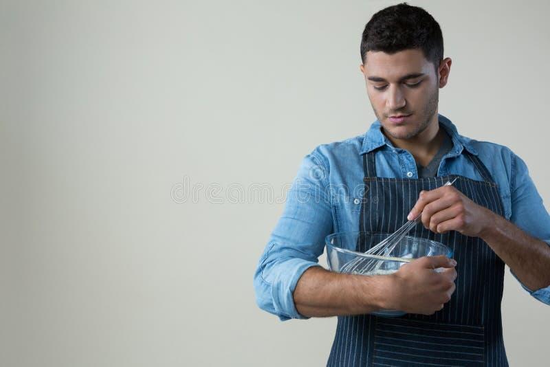 Szef kuchni trzyma śmignięcie w pucharze obrazy stock