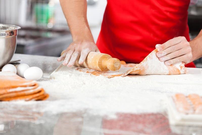 Szef kuchni Trzyma Tocznej szpilki Podczas gdy Przygotowywający pierożek zdjęcie stock