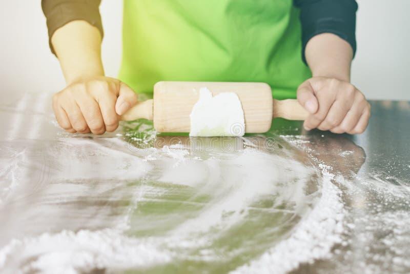 Szef kuchni ugniata ciasto przygotowywać jedzenie zdjęcia stock