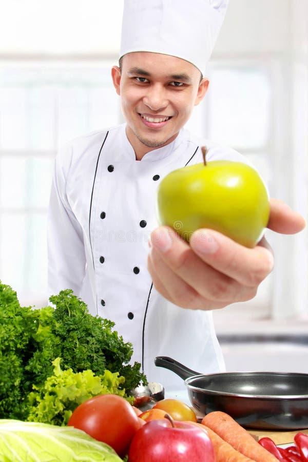 Szef kuchni z świeżym jabłkiem zdjęcia royalty free