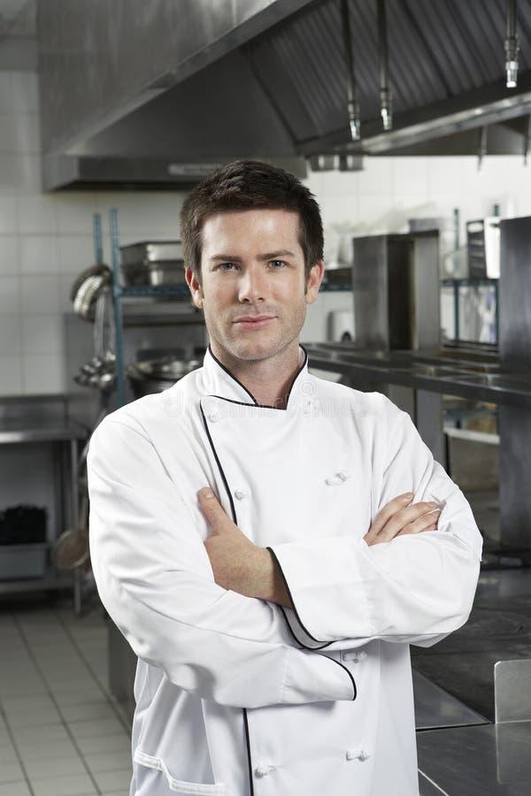 Szef kuchni Z rękami Krzyżować W kuchni obraz royalty free