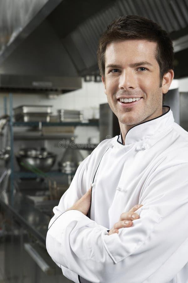 Szef kuchni Z rękami Krzyżować W kuchni obraz stock
