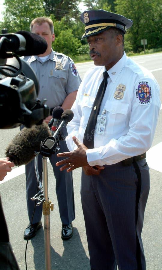 Szef policji trzyma impromtu konferencję prasową obrazy stock