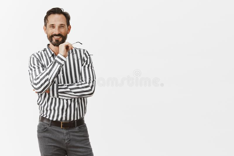 Szef zadawalający z pracodawcą który sugeruje doskonałego pomysł Portret szczęśliwy atrakcyjny męski przedsiębiorca w formalnym s zdjęcie stock