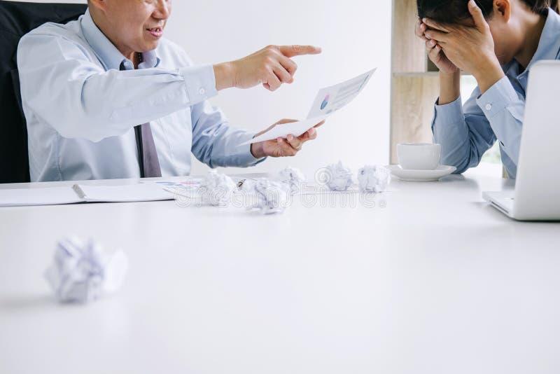 Szefa i kierownictwa uczucia dru?ynowy stres powa?ny i nie uda? si? biznes, Dru?ynowy sp?r niepowodzenie i wyczerpuj?cy z problem obraz stock