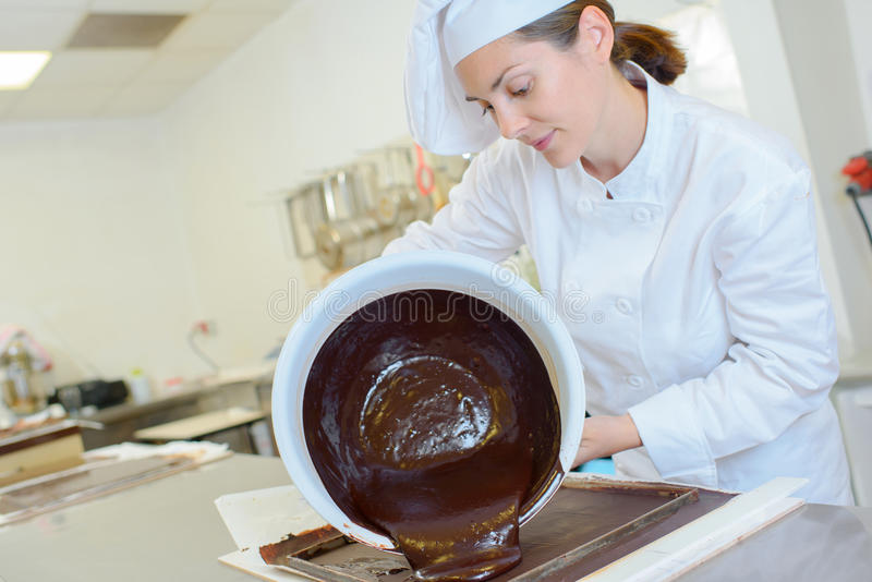 Szefa kuchni dolewania czekolada out rzuca kulą zdjęcie stock