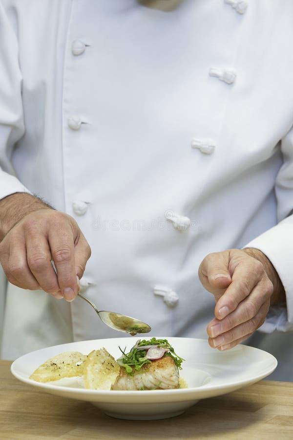 Szefa kuchni garnirowania jedzenie zdjęcie stock