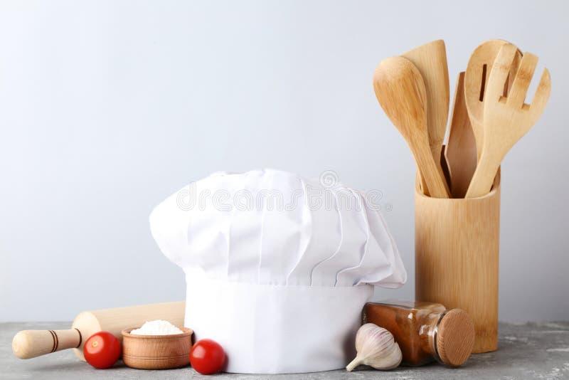 Szefa kuchni kapelusz z Kulinarnymi naczyniami zdjęcie stock