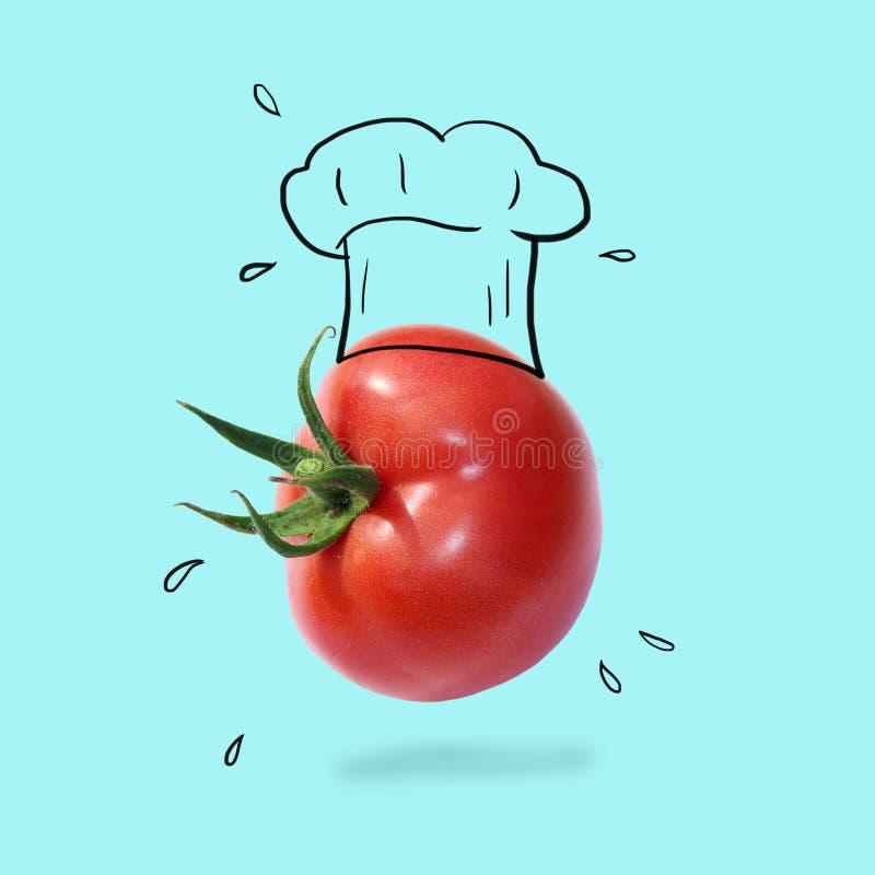 Szefa kuchni kapelusz z pomidorowym pojęciem na pastelowym błękitnym tle minimalny pomysłu jedzenie i owocowy kreatywnie pojęcie fotografia royalty free