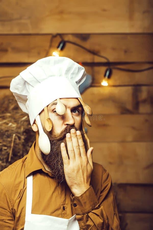 Szefa kuchni kucharz z drewnianymi łyżkami obraz royalty free