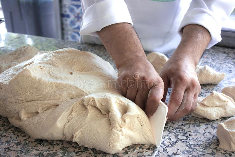 Szefa kuchni kucharza pracy z drożdżowym ciastem fotografia stock