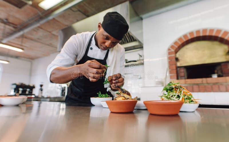 Szefa kuchni kulinarny jedzenie przy handlową kuchnią obrazy royalty free
