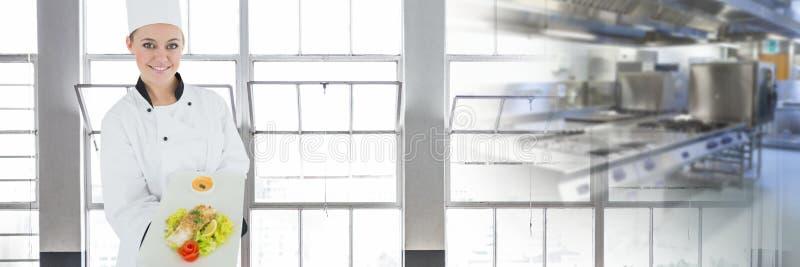 Szefa kuchni mienia jedzenie z zamazanym kuchennym tłem zdjęcia royalty free