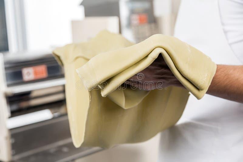 Szefa kuchni mienia spaghetti makaronu prześcieradło zdjęcia stock