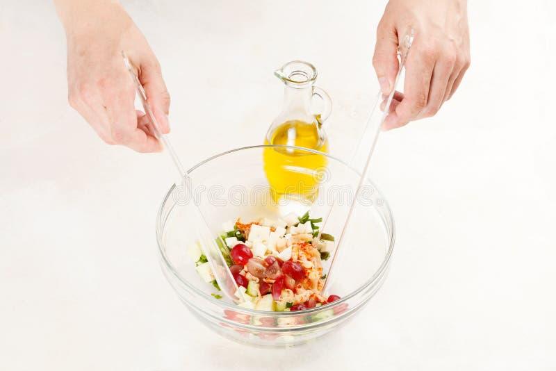 Szefa kuchni narządzania sałatka z garnelą obrazy royalty free