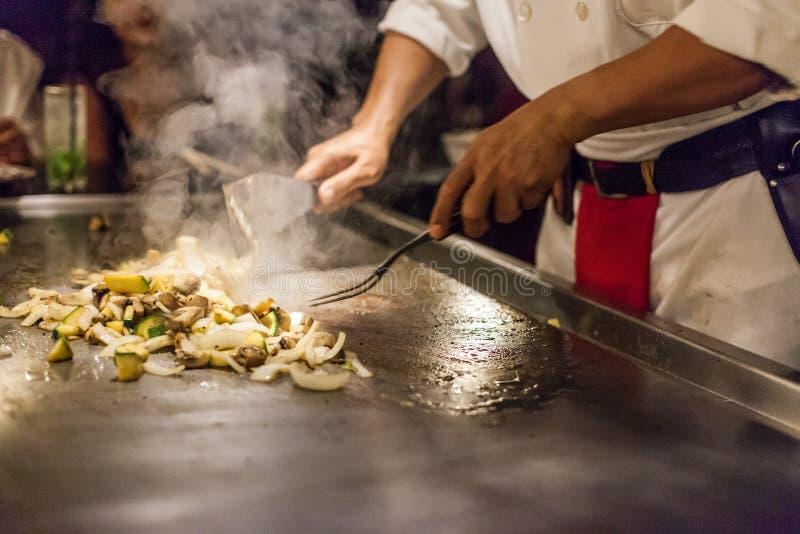 Szefa kuchni narządzanie piec na grillu warzywa fotografia royalty free