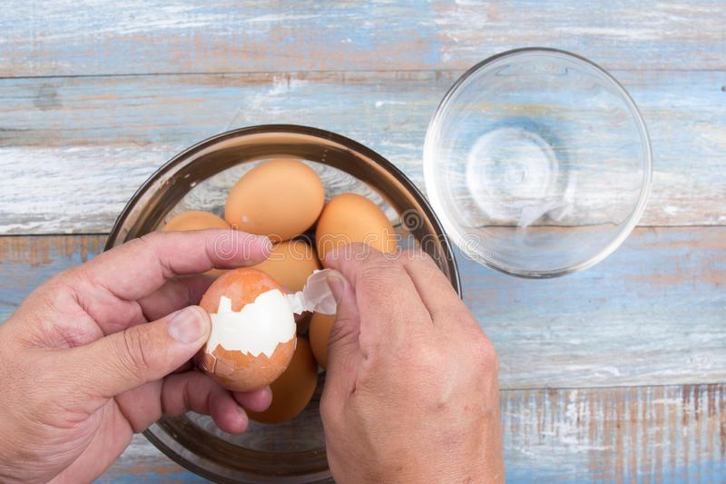 Szefa kuchni obieranie gotujący się jajko dla kulinarnej wieprzowiny stewed obrazy stock