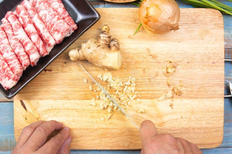 Szefa kuchni przecinania imbir przed gotowa? fotografia stock