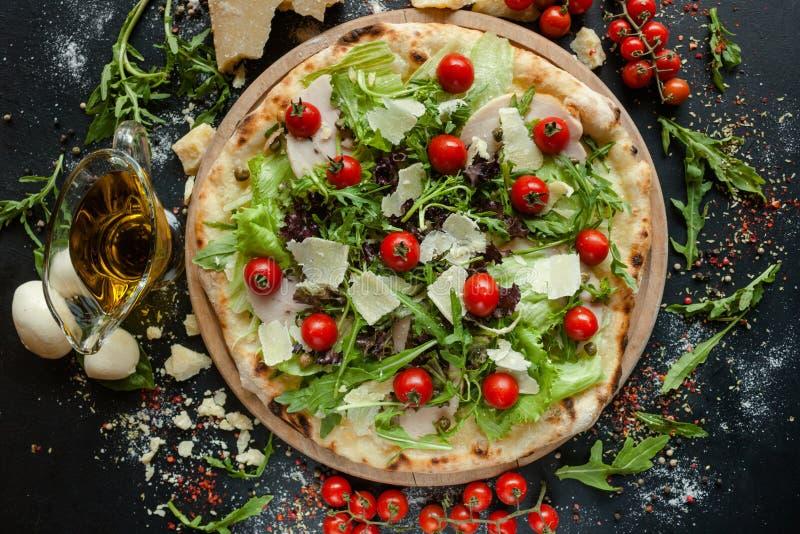 Szefa kuchni ` s pizzy specjalny restauracyjny posiłek fotografia royalty free