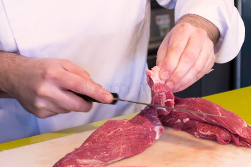 Szefa kuchni tnący mięso zdjęcia royalty free