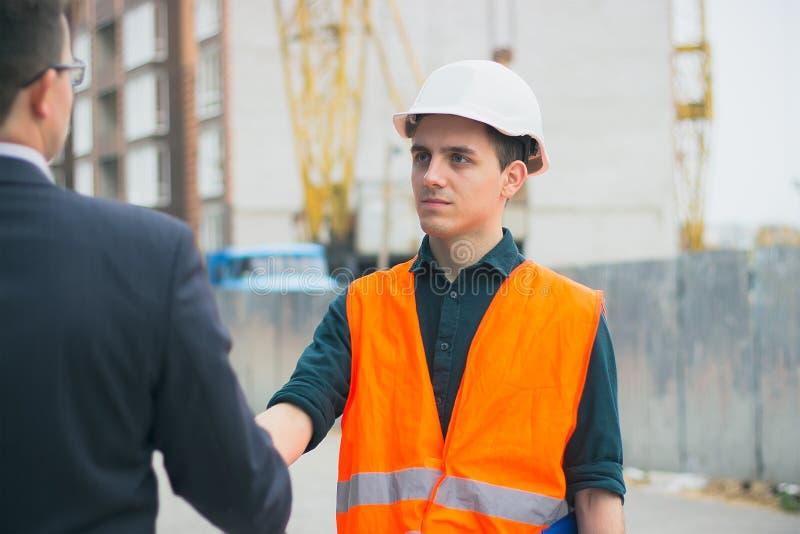 Szefa Naczelny handshaking z pracowników inżynierami i dawać pensja w kopercie obraz stock