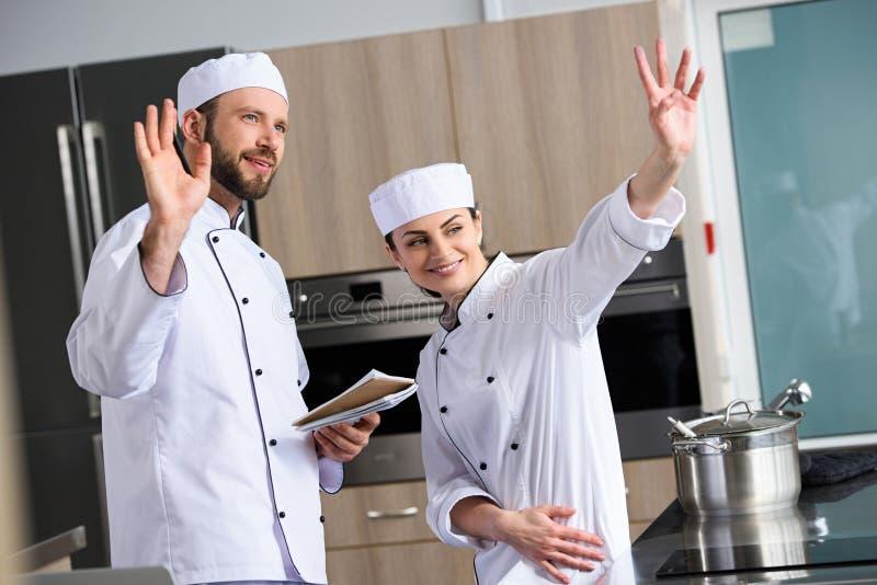 szefowie kuchni macha ręki obraz royalty free
