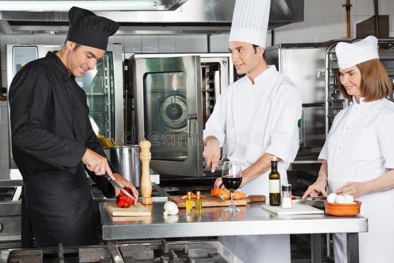 Szefowie kuchni Pracuje W Handlowej kuchni fotografia stock