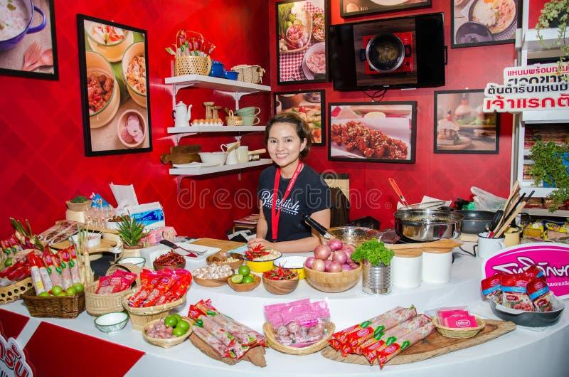 Szefowie kuchni są kulinarnymi demonstracjami goście wewnątrz podczas exhibitio fotografia stock