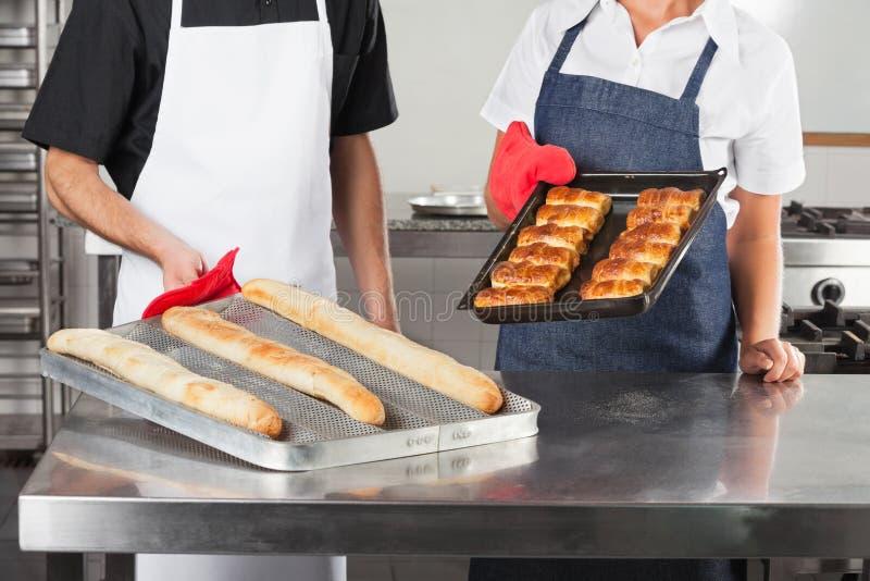 Szefowie kuchni Trzyma tace Piec chleb zdjęcie stock