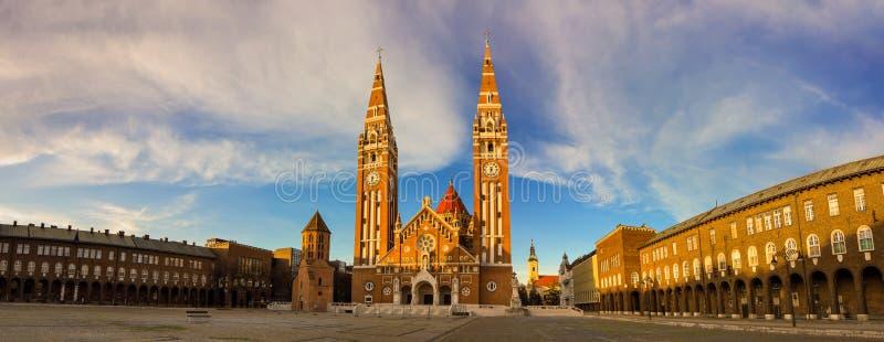 Szeged gränsmärkeDom står högt på den härliga solnedgången royaltyfri bild