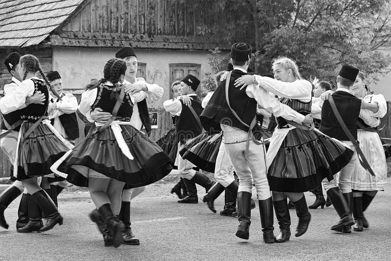 Szekler folk som dansar i regnet royaltyfri fotografi
