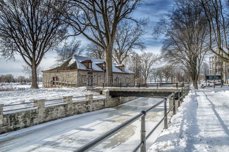 Szene des Fluss-verschneiten Winters stockfotografie